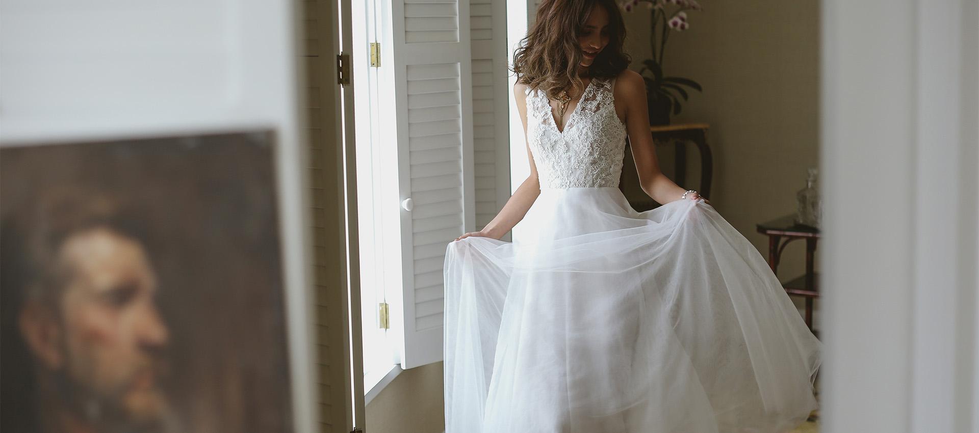 Chọn váy cưới đơn giản để chào khách mời